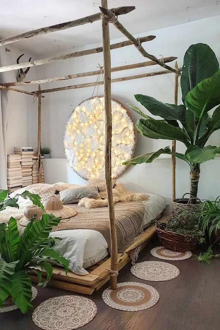 große grüne pflanze schlafzimmer kleine runde teppiche boho chic einrichtung niedriges bett mit überdachung aus birkenholz deko birkenstamm