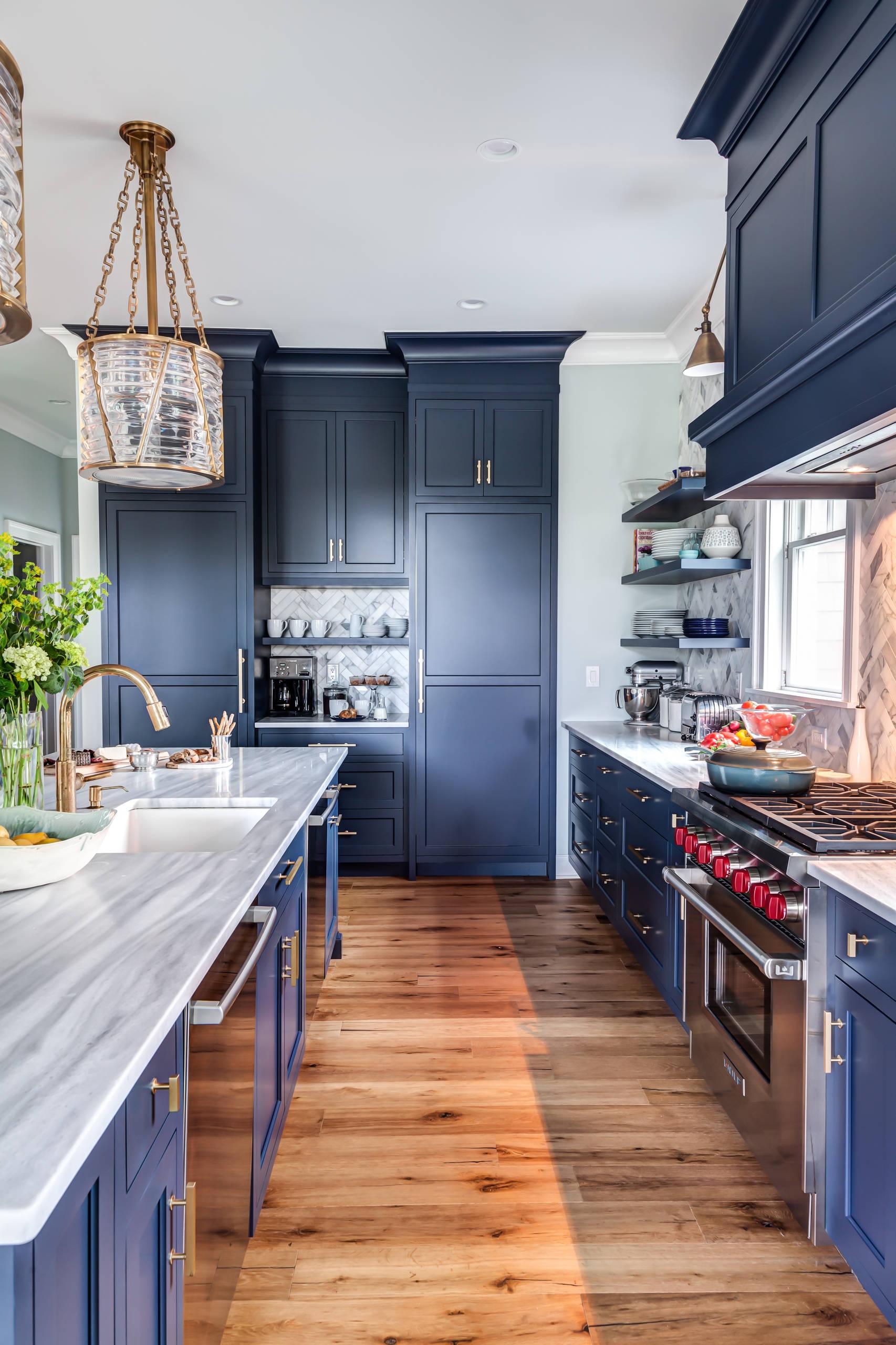 große küche küchenzeile aus holz und marmorplatte weiß und braunholz