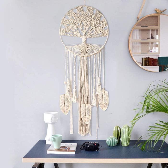 großer runder spiegel wohnzimmer dekoration tisch aus holz traumfänger boho makramee mit baum motiv deko ideen inneneinrichtung