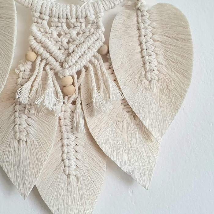 großer traumfänger weiß blatt form holzerne kugel deko inneneinrichtung wohnzimmer schlafzimmer dekoration makramee inspo