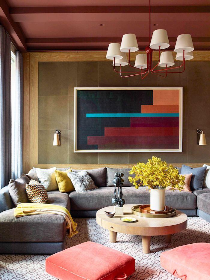 großes abstraktes gemälde in bunten farben runder tisch aus holz großes graues ecksofa vase mit gelben blumen rot weiße lampe modern wohnzimmer ideen innenausttatung 2020 ideen