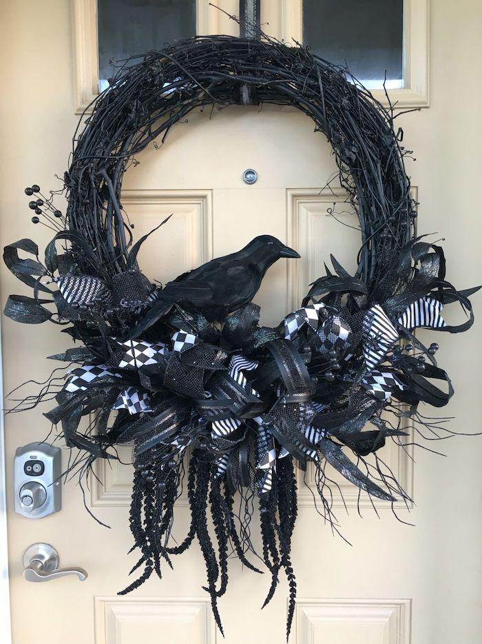 halloween deko basteln für kinder schwarzer kranz mit rabe draußen