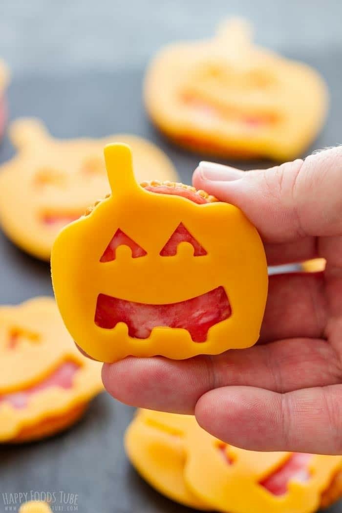 halloween essen kinder fingerfood ideen partasnacks selber machen crackes mit kürbisse aus käse