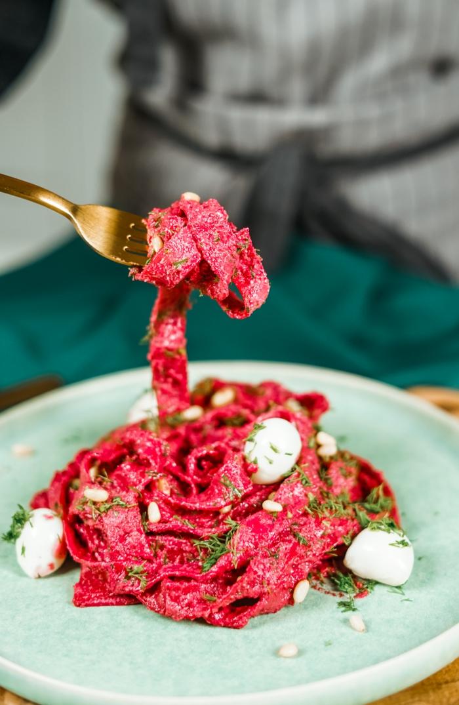 halloween essen rezept für pasta mit soße mit rote bete zwiebel und kräutern schnelle zubereitung