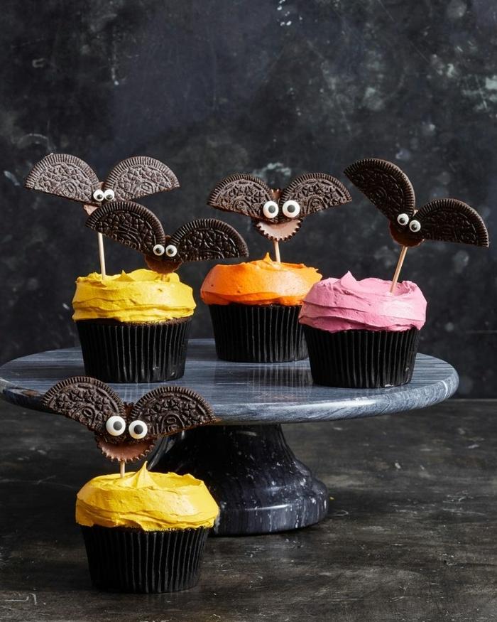 halloween rezepte kinder schokomuffins dekoriert mit fledermäusen aus oreo keksen cupcakes.