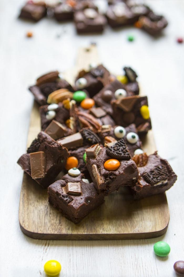 halloween snacks fingerfood schokoladen fudge mit oreo keksen und bonbons partyessen ideen