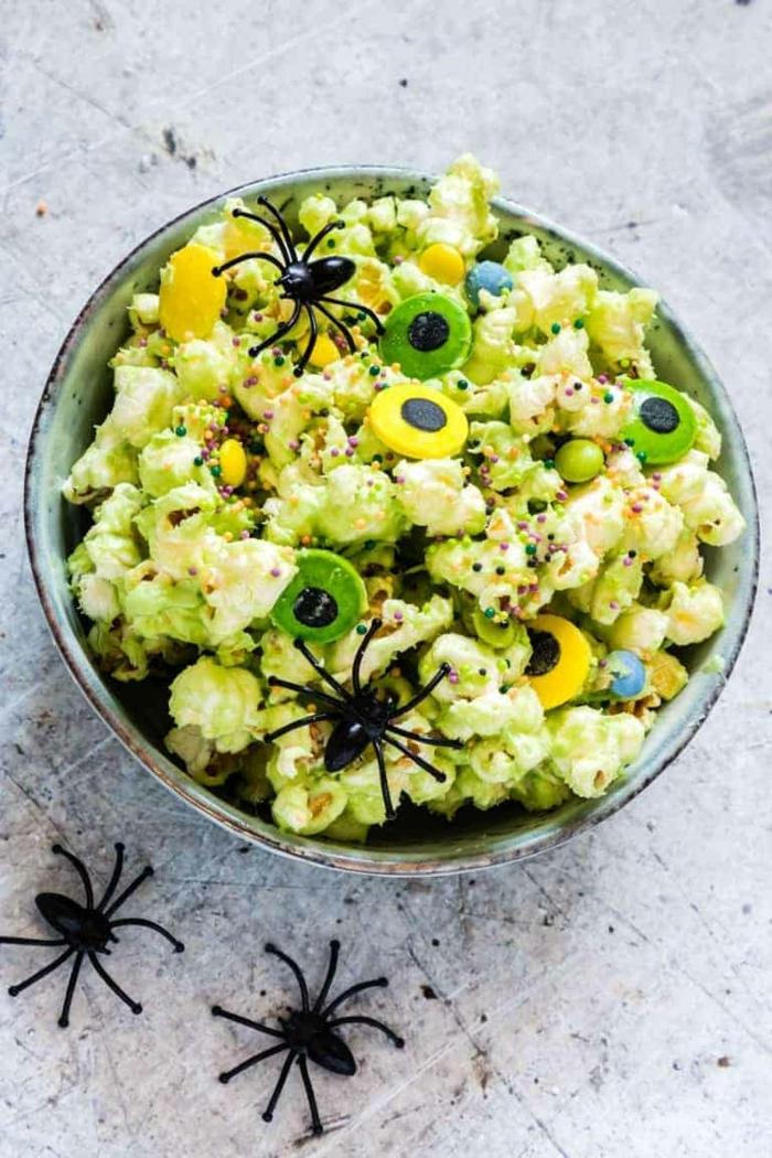 halloween snacks ideen puffmais mit augen und spinnen popcorn rezept partyessen kinder