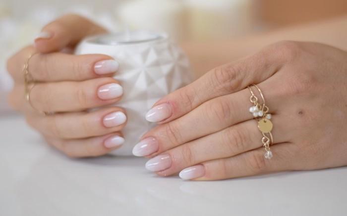 hand accessoires goldene ringe weiße perlen nägel mandelform babyboomer nageldesign 2020 inspiration und ideen weiße geometrische tasse
