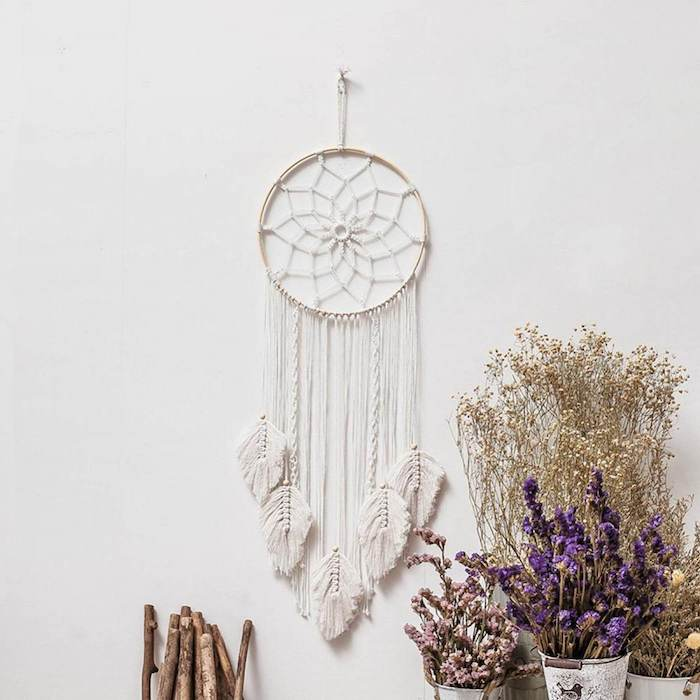 handgemachte dekoration wohnzimmer weißer geflochtener makramee traumfänger diy mit ring wandhänger dekorative blumen boho chic style interior