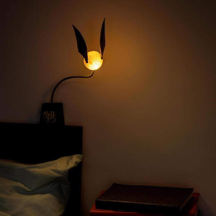 harry potter geschenke ein schlaftzimmer mit einer leuchtenden gelben lampe snitch ein bett