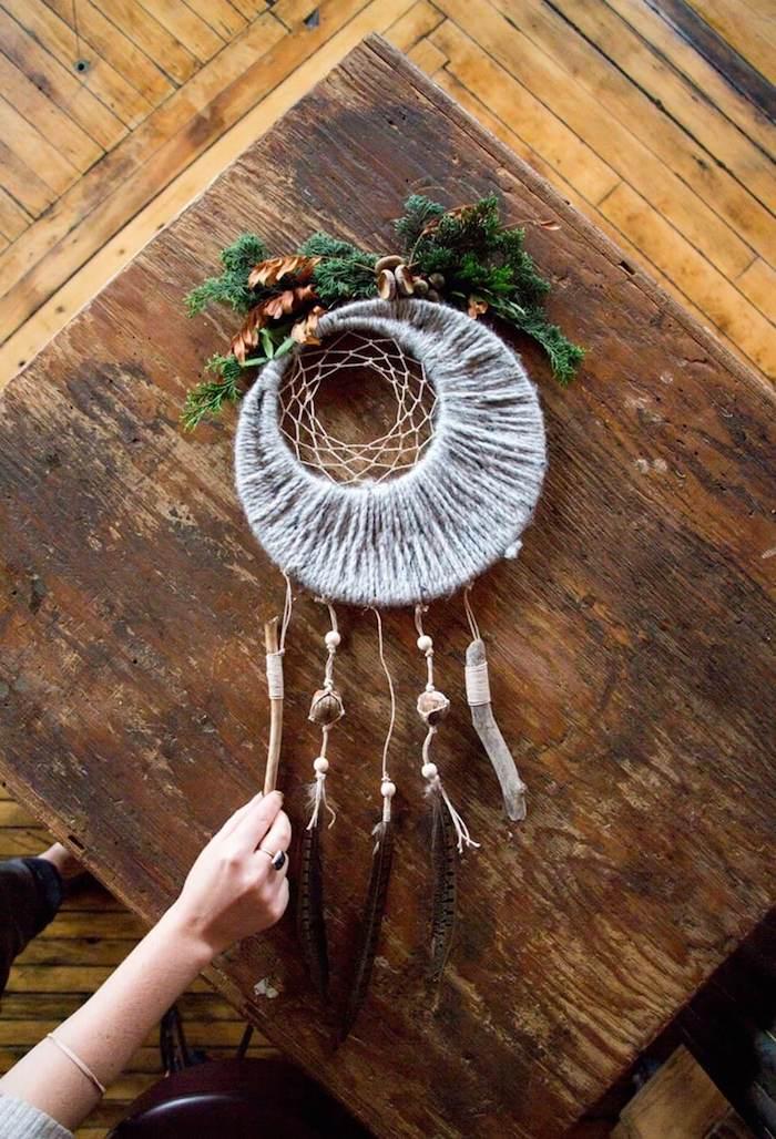 herbst dekoration inspiration makramee traumfänger diy aus federn henf tannenzweige großer tisch aus holz kreative bastelideen