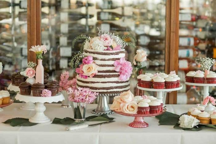 hochzeit candy bar candybar arrangieren naked cake ekoriert mit blumen hochzeitsmuffins cupcakes