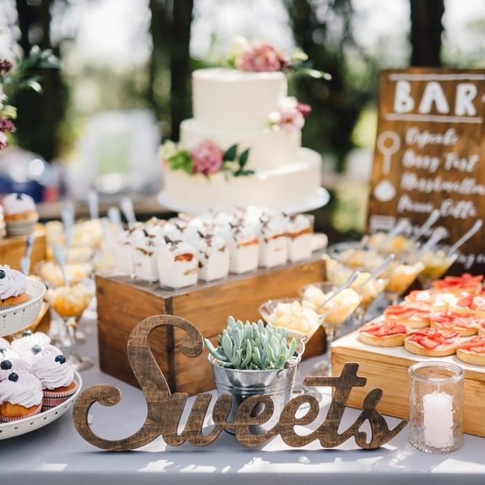 hochzeit candy bar candybar selber bauen ideen tischdeko in rustikalem stil cupcakes