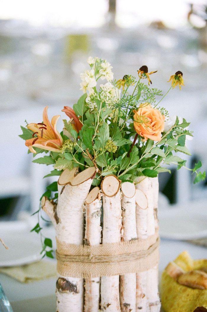hochzeit dekoration inspiration birkenstamm deko vase aus birkenholz mit kleinen orangen blumen besonder anlässe inspo