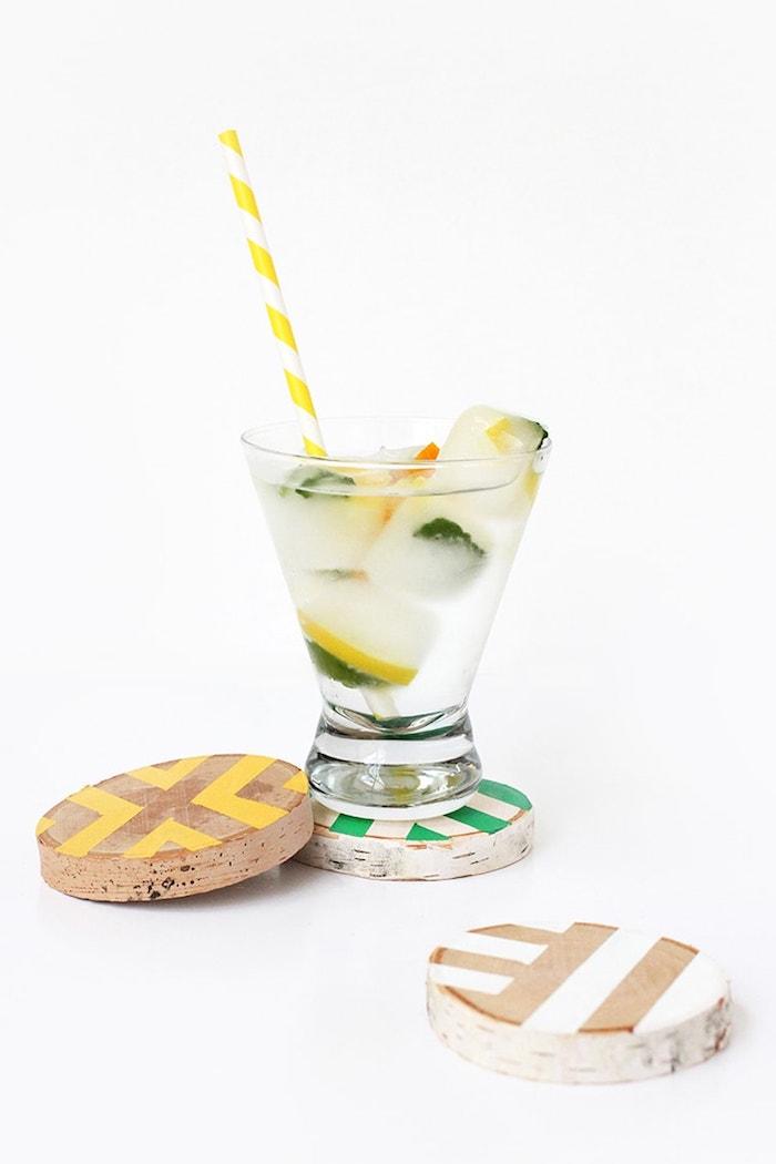 holzstamm deko untersetzer aus holz bemalt in bunten farben glas mit cocktail weiß gelber strohhalm dekoration ideen selber machen inspiration