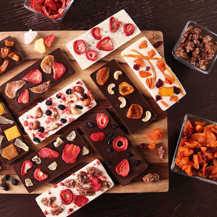 idee für geschenk für die beste freindin weiße und schwarze schokoladen mit brombeeren erdbeeren mandarinen und orangen