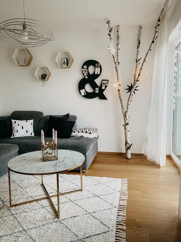 ideen birkenstamm deko wohnzimmer minimalistisch boho einrichtung runder kaffeetisch marmor beiger teppich ecksofa schwarz lange weiße gardinen