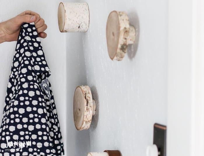 ideen diy projekte birkenholz deko originelle haken aus birke schwarze jacke mit weißen punkten isnpiration dekoration zum selbermachen