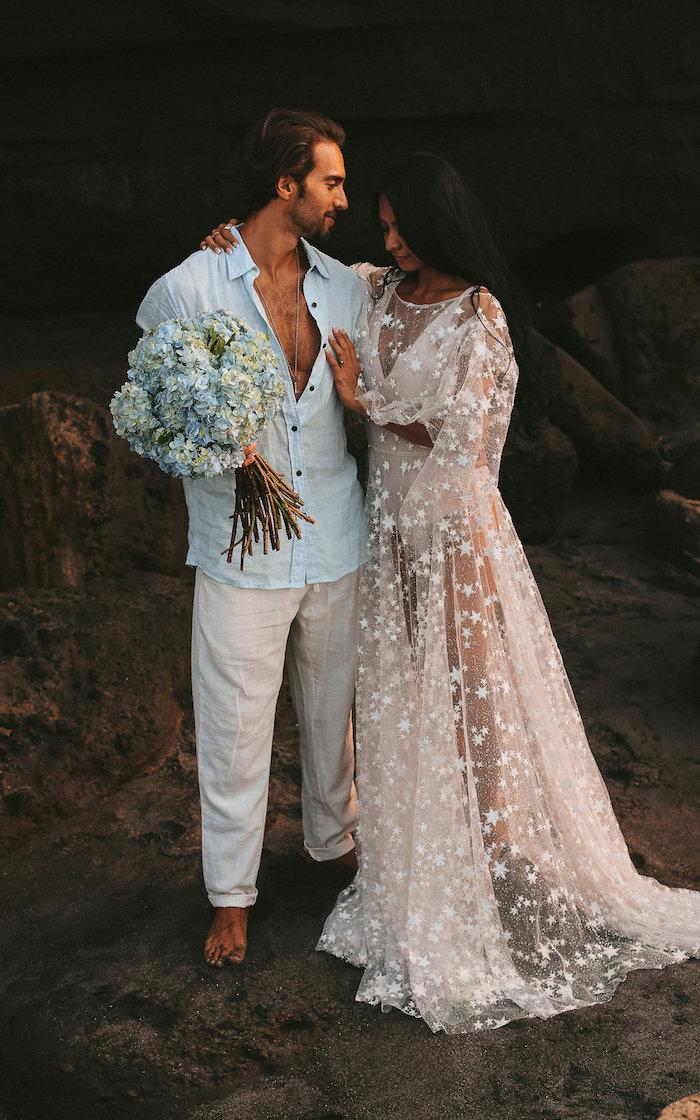 ideen und inspiration hochzeitskleid mit spitze lang mit ärmel romantische inspiration hochzeit boho chic fashion stil frei fallendes weißes kleid verziert mit sternen