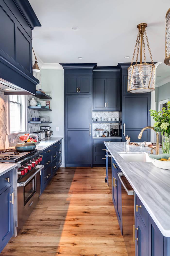 ikea küchenzeile holz und marmor schränke in blau weiße arbeitplatte holzdecke