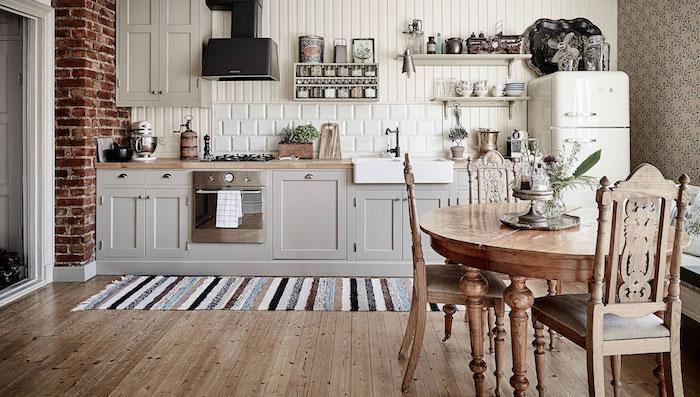 ikea landhausküche groß küchenzeile grau und holz esstisch stühle
