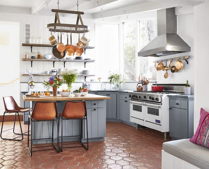 ikea landhausküche inspiration kochinsel aus holz grau einbaugeräte weiß fenster groß