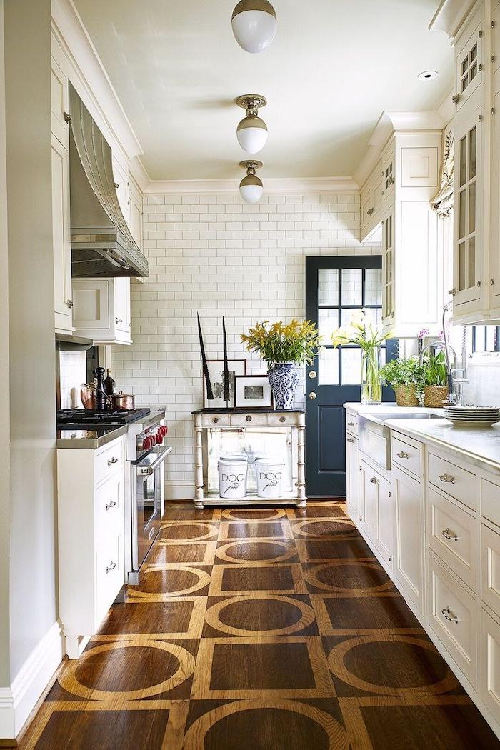 ikea landhausküche küchenzeile weiß holz boden weiße wände