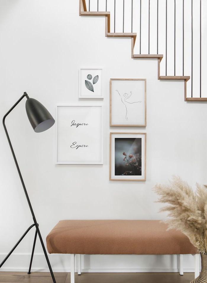 innendesign inspiration skandinavische wanddeko minimalistische bilder schwarze lampe weiße bank braune decke