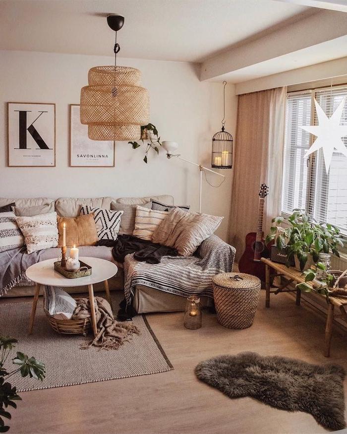 inneneinrichtung boho chic ecksofa mit vielen deko kissen kleiner flauschiger brauner teppich runder kaffeetisch wohnzimmer einrichten beispiele ideen inspiration käfig mit kerzen
