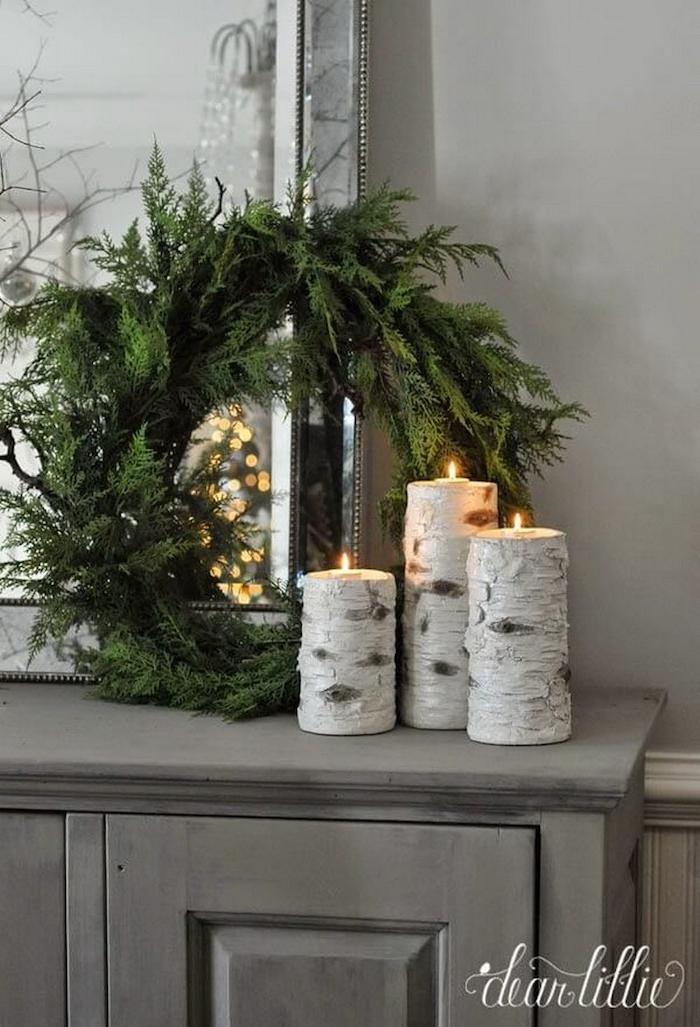 inneneinrichtung rustikalem stil deko birkenstamm drei kerzenhalter aus birkenholz verschiedene größen kranz aus kranz aus tannenzweige weihnachten deko ideen