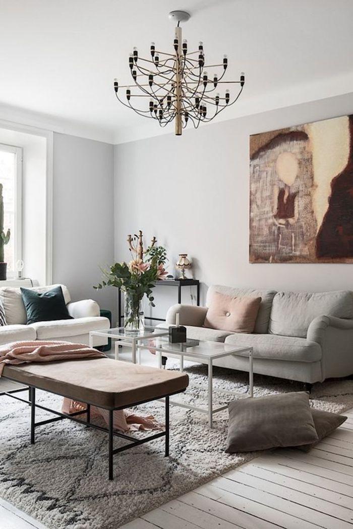 inspiration wohnzimmer gestalten ideen deko ideen minimalistische inneneinrichtung großes abstraktes gemälde an die wand hellgrauer sofa blassrosa kissen flauschiger teppich