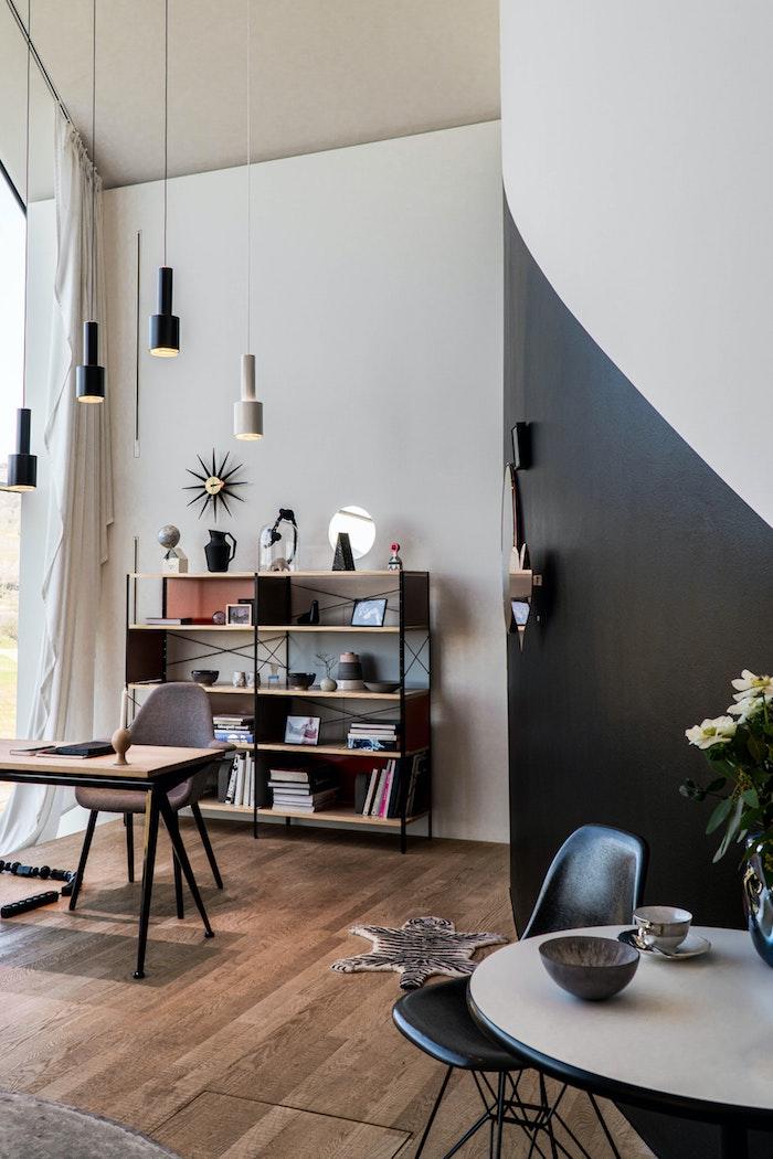 interior design inspiration moderne inneneinrichtung holzboden minimalistische dekoartikel wohnzimmer schwarze weiße hängende lampem und wand runder tisch