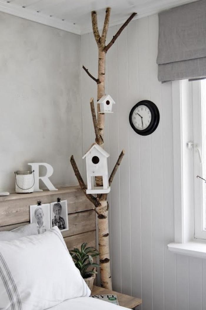 interior design schlafzimmer wandfarbe weiß bett mit holzrahmen dekoration birkenbaum weiße vögelhäuser birkenholz deko originelle ideen