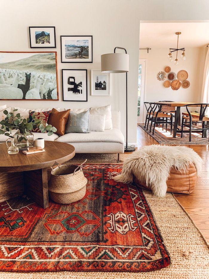 kaffeetisch rund aus holz stylischer roter teppich mit muster weißes sofa deko kissen modern wohnzimmer ideen boho chic style flauschige decke