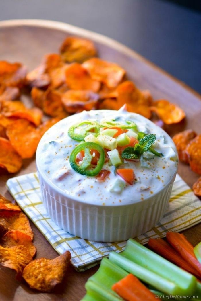 kartoffelchips im ofen schritt für schritt zubereitung chips aus süßkartoffeln serviert mit reita dip soße