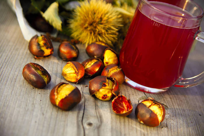 kastanien zubereiten kochen tee aus kastanien tasse mit heißem tee und maronen im backofen