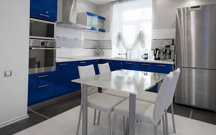 kleine küche ideen inspiration weiß edelstah und blau esstisch als insel l form