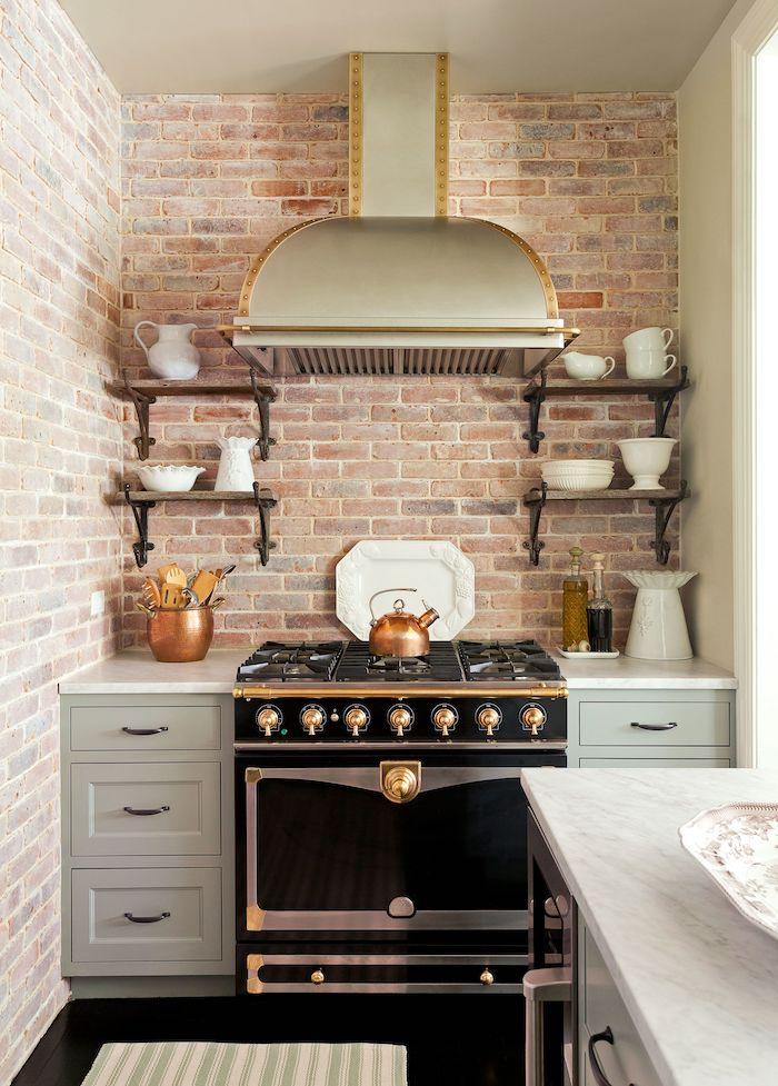 kleine küche inspiration 2021 ofen in schwarz und gold graue schränke küche modern
