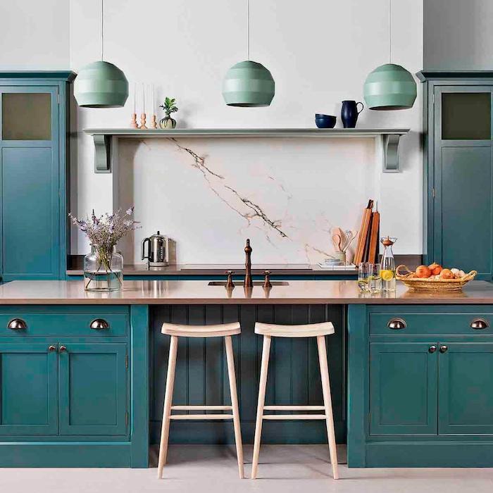 kleine küche modern idee türkisgrün holz arbeitsplatte insel weiße wände