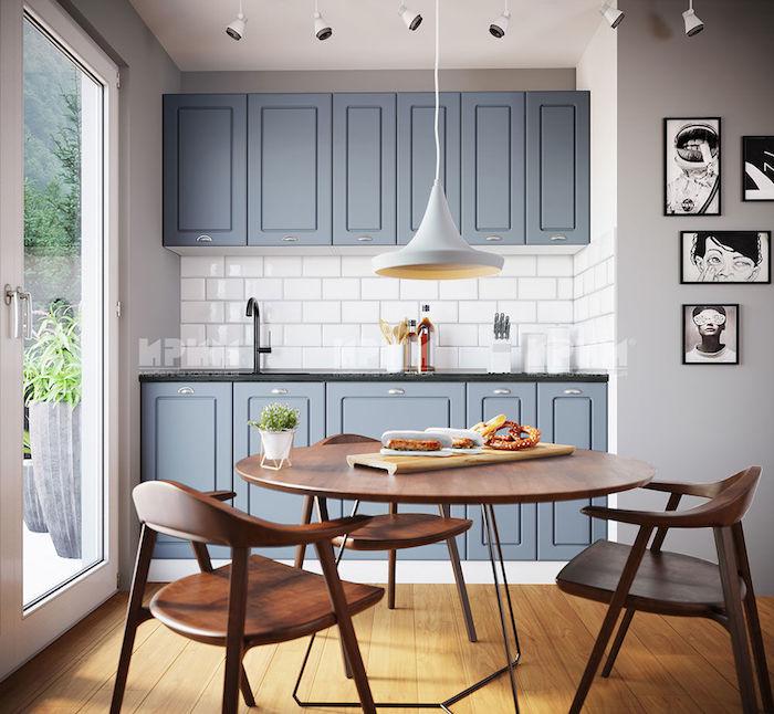 kleine küche modern ideen ikea küchenzeile blau esstisch stühle aus holz fenster