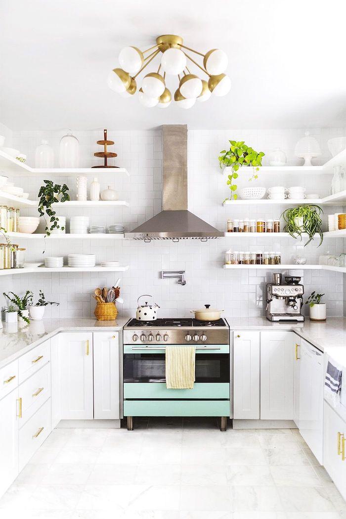kleine küche u form mit fenster weiß akzente in minzgrün und edelstahl