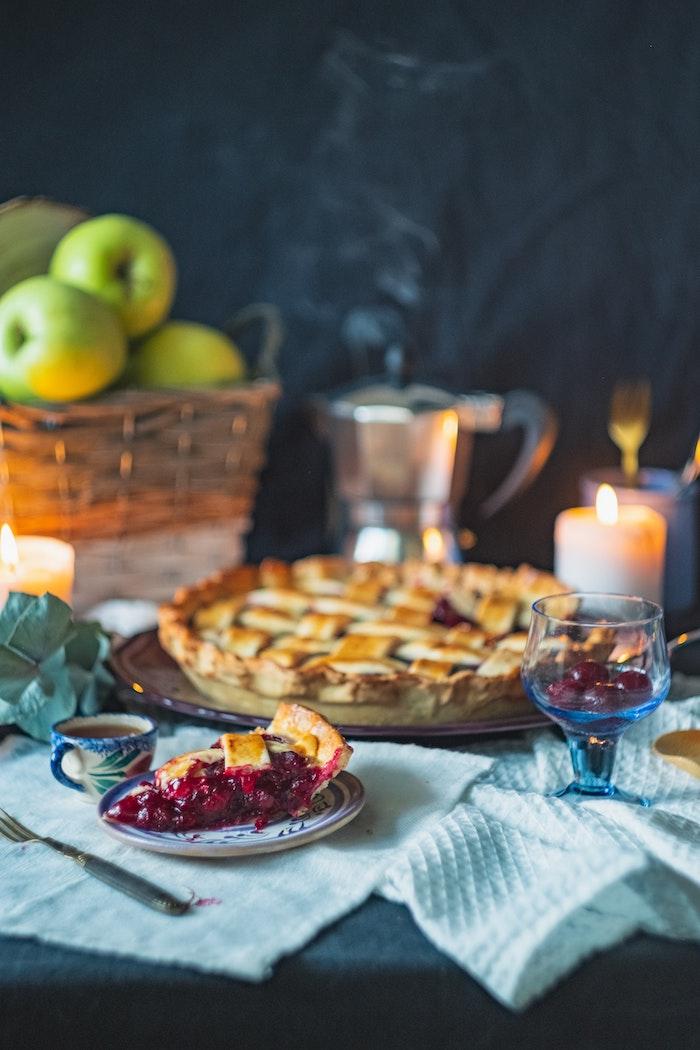kleine kuchen rezepte einfach und schnell grüne äpfel tasse mit tee deke und eine große gelbe kerze tasse tee blaue decke