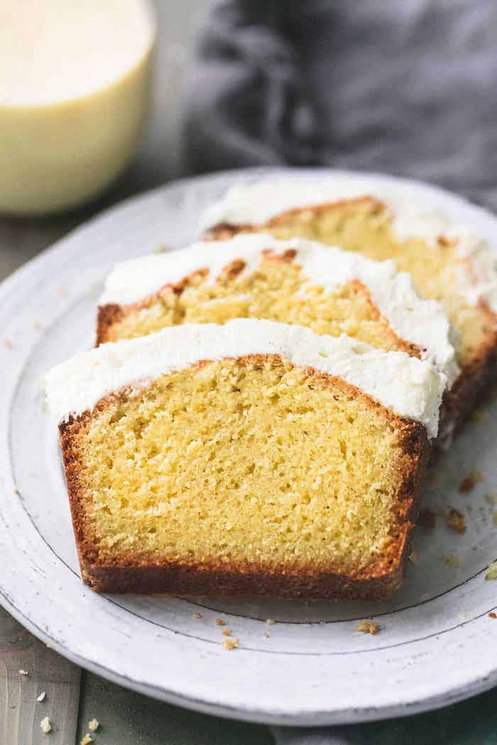 kleine kuchen rezepte einfach und schnell weißer teller mit einem kleinen geschnittenen kuchen mit puderzucker und sahne