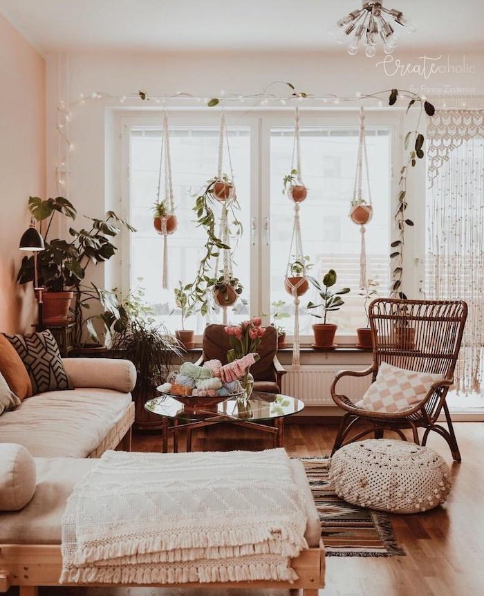 kleine und große hängepflanzen ecksofa weiß aus holz wohnzimmer modern einrichten böhmischer stil hängeleuchten am fenster runder tisch aus glas bunter teppich