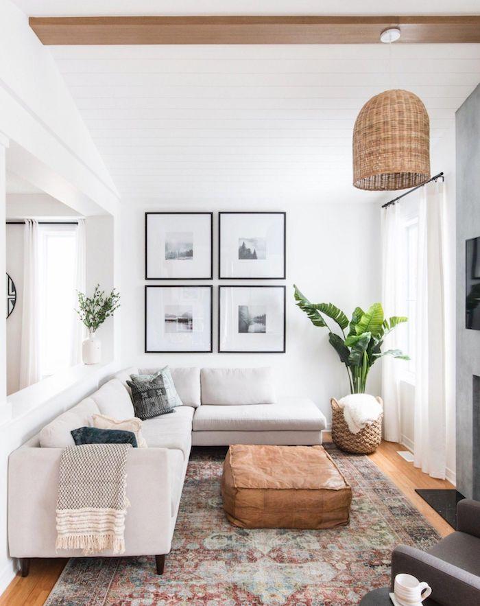 kleines wohnzimmer einrichten fotowand minimalistische schwarz weiße fotos ecksofa weiß vintage teppich bunt lange gardinen weiß innenausstattung inspiration