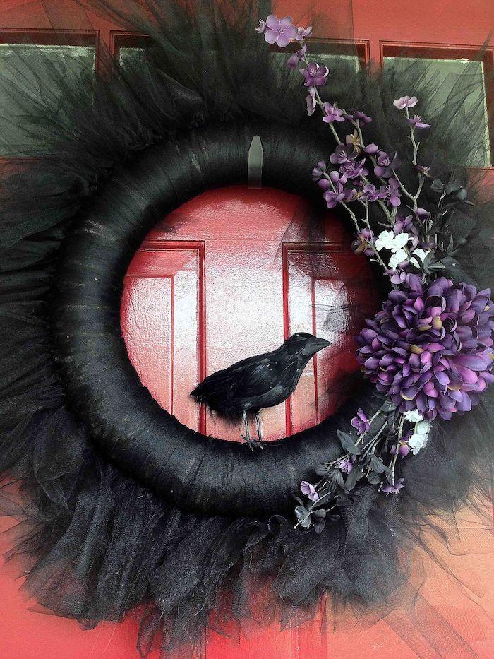 kranzen gruselig schwarz mit rabe diy halloween deko für draussen