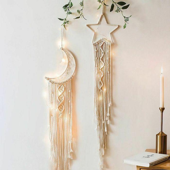 kreative ideen traumfänger makramee stern mond form mit lichtern goldener kerzständer weiße leuchtende kerze weißes buck grüne kletterpflanze