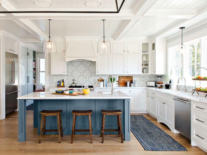 küche l form ikea küchenzeile landhausküche glanzweiß mit blauer insel hockstühle