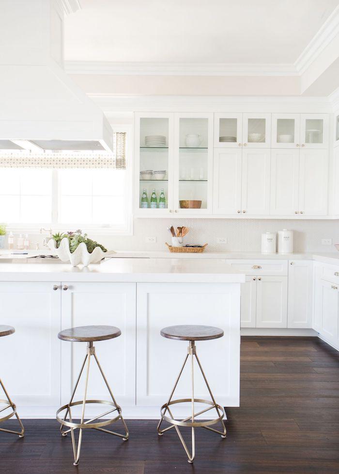 küchen inspiration 2021 ikea küche mit kochinsel aus marmor weiße schränke