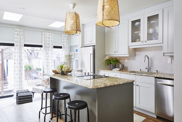 küchenzeile weiß insel edelstahl marmor große fenster